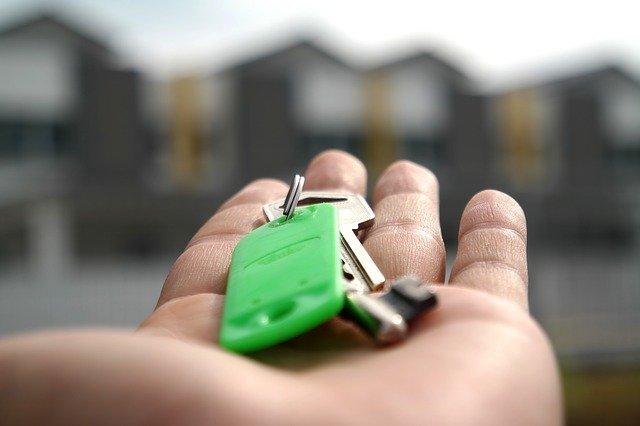 Entrega de llaves de vivienda de alquiler con opción a compra